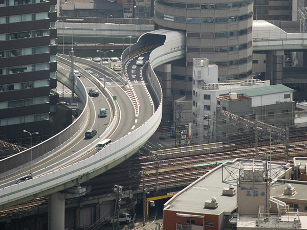 Autostrada trece printr-un bloc