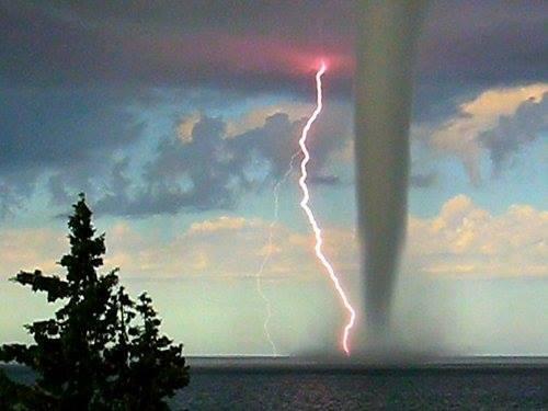 O tornada si o descarcare atmosferica in acelasi timp